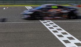 Raceauto die op snelheidsspoor rennen stock foto's