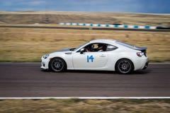Raceauto op renbaan Stock Afbeelding