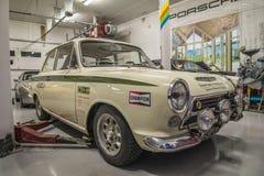 Raceauto's in een garage Stock Afbeelding