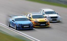 Raceauto's op een het rennen spoor stock fotografie