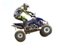Raceauto terwijl het springen van een vierlingfiets Stock Afbeeldingen