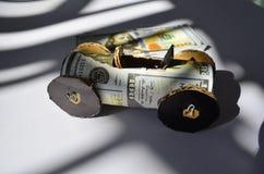Raceauto van geldnota's die wordt gemaakt Stock Foto