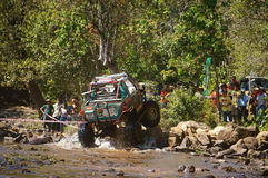 Raceauto van weg bij de concurrentie van de terreinraceauto Royalty-vrije Stock Afbeeldingen