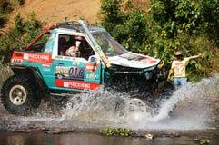 Raceauto van weg bij de concurrentie van de terreinraceauto Stock Afbeelding