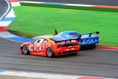 2 racecars на цепи Assen TT, Дренте, Голландии, Нидерландах Стоковое Фото