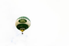 Racecourse, Νόρθαμπτον, Αγγλία, UK - 1 Ιουλίου: Μπαλόνι ζεστού αέρα με το λογότυπο του Land Rover που πετά πέρα από την πόλη του  στοκ φωτογραφία