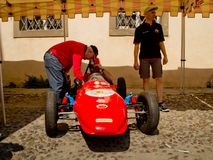 Racedriver формулы проверяет автомобиль на Бергаме историческом Grand Prix 2017 Стоковые Фотографии RF