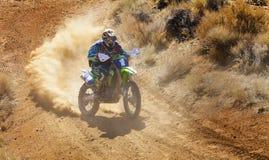 Racer som #1 konserverar på smutscykeln arkivbilder