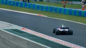 Racerbil för formel en på spår arkivfilmer