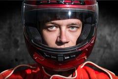 Racerbilchaufför som bär den skyddande hjälmen Fotografering för Bildbyråer