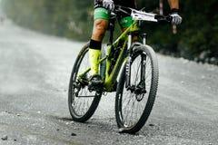 Racerbilcyklistmountainbiker som är sluttande på grusvägen Royaltyfri Foto