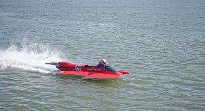 Racerbilen på hastighetsfartyget rusar framme av åhörarna på Royaltyfria Foton