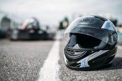 Racerbilhjälm på asfalt, karting sportbegrepp fotografering för bildbyråer