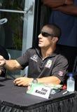 Racerbilsförare Tony Kanaan Signing Autograph på den INDY 500 gemenskapdagen Arkivbilder