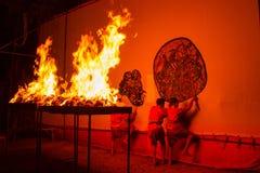 Rachaburi,泰国- 2015年4月14日:青年展示在夜执行盛大皮影戏在Wat Khanon Rachaburi,泰国 古老 图库摄影
