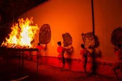 Rachaburi,泰国- 2015年4月14日:青年展示在夜执行盛大皮影戏在Wat Khanon Rachaburi,泰国 古老 库存图片