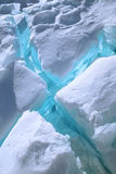 Rachaduras azuis no gelo Foto de Stock