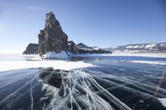 Rachaduras no gelo O Lago Baikal, ilha de Oltrek Paisagem do inverno Fotos de Stock Royalty Free