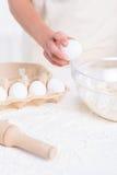 Rachando um ovo Imagem de Stock