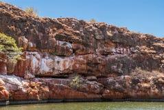 Rache-se em penhascos vermelhos da rocha no desfiladeiro da angra do Yardie, Exmouth Australi imagem de stock