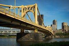 Rachel Carson Bridge och den i stadens centrum Pittsburghen Fotografering för Bildbyråer