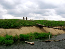 Rachitische voetbrug over modderig water Stock Fotografie