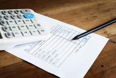 Rachunek za usługę komunalną z kalkulatorem i ołówkiem, Save pieniądze pojęcie Obraz Royalty Free