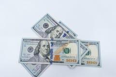 $100 rachunków odizolowywających przeciw białemu tłu zdjęcie royalty free
