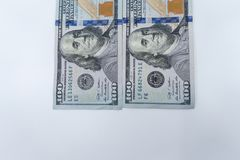 $100 rachunków odizolowywających w górę białego tła przeciw Bogactwo i finanse pojęcie zdjęcia stock