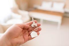 100 rachunków pojęcia dolara dom robić hipotekuje robić Mężczyzna ręki mienia klucz z domowym keychain Nowożytny światło lobby wn Zdjęcia Stock