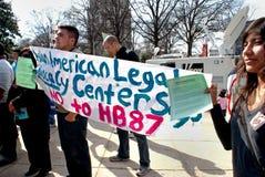 rachunku przewożenia imigracyjny kontrowania protestujących znak Obrazy Royalty Free