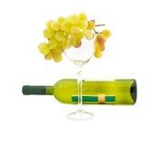 Racimo de uvas de moscatel y de botella de vino maduras Foto de archivo libre de regalías