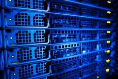 Racimo del estante del servidor en un centro de datos Imágenes de archivo libres de regalías