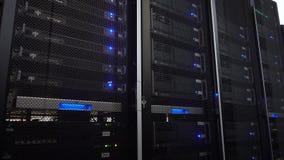Racimo del estante del servidor en un centro de datos Cámara móvil 4K almacen de video