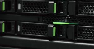 Racimo del estante del servidor en un centro de datos superordenador Servidores de red en un centro de datos almacen de metraje de vídeo