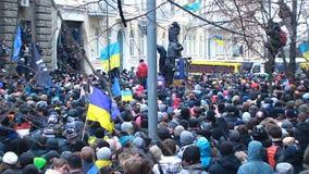 Racimo enorme de manifestantes ucranianos que intentan moverse adelante en la calle bloqueada metrajes