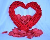 Racimo rosado de Rose Petals con el corazón Fotografía de archivo
