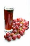 Racimo y jugo de la uva en vidrio Fotos de archivo libres de regalías
