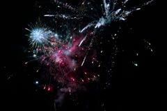 Racimos del fuego artificial en el cielo nocturno Imagen de archivo