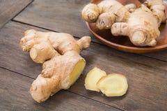 Racine de gingembre découpée en tranches sur la table en bois Images stock