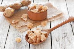 Racine de gingembre et morceaux frais de sucrerie de gingembre Photos libres de droits