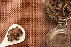 Racine sèche coupée de rosea de Rhodiola dans un pot en verre sur le fond blanc naturel photos libres de droits