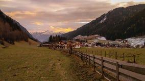 Racines日出的山村美丽的景色在意大利 库存图片