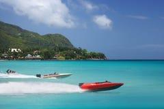 Racing av den färgrika havssemestern. Speedboats. Arkivbild