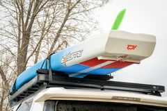 Racing paddleboard on roof of Toyota 4Runner SUV Royalty Free Stock Photos