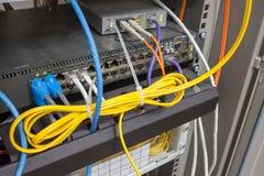 Rack den huvudsakliga serverinternet förbindelse med belamrade LAN-kablar royaltyfri fotografi