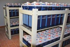 Rack med batteriDC-ackumulatorer för industriell utrustning för kraftig tillförsel av energistationen arkivbilder