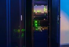 Rack med telekommunikationnätverksutrustning i datorhallen royaltyfri fotografi