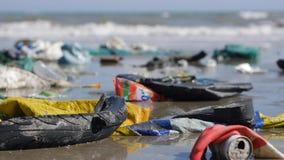 Rackar ner på det övre pannaskottet för det Handheld slutet av avfall och på kusten på havsbakgrund stock video