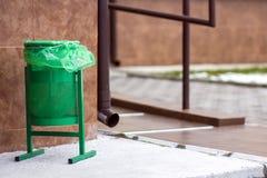 Rackar ner på det gröna gerbagefacket för metall för Offentlig soptunnabakgrund Detalj av utomhus- infrastruktur Royaltyfria Foton